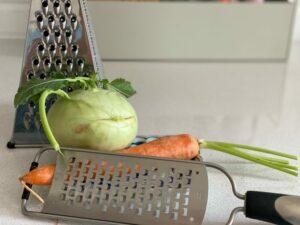 Grobe Reibe mit Gemüse